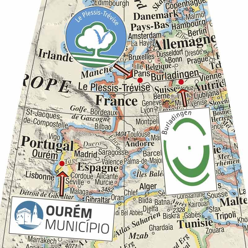 Globe terrestre avec le logo des villes jumelées.