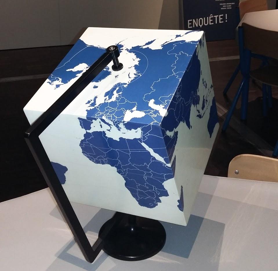 Un Globe carré à la cité des sciences de La Villette.