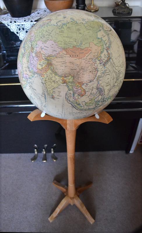 Un globe personnalisé sur un pied en merisier.