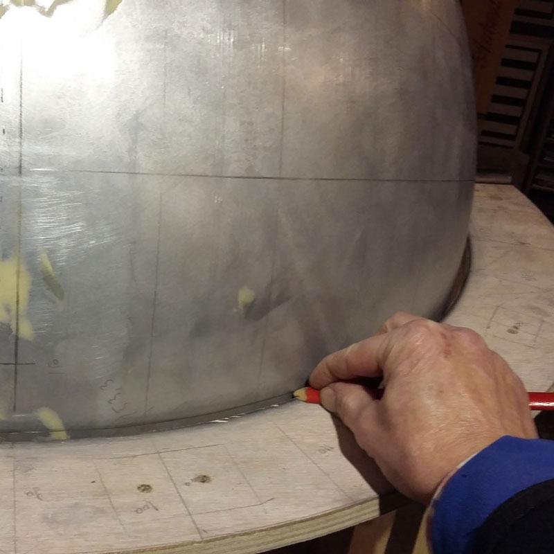 Fabrication d'un globe de 80 cm par Pascal Le Bonhomme.